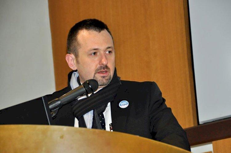 Andrea Delmastro denuncia la produzione di divise delle forze dell'Ordine all'estero