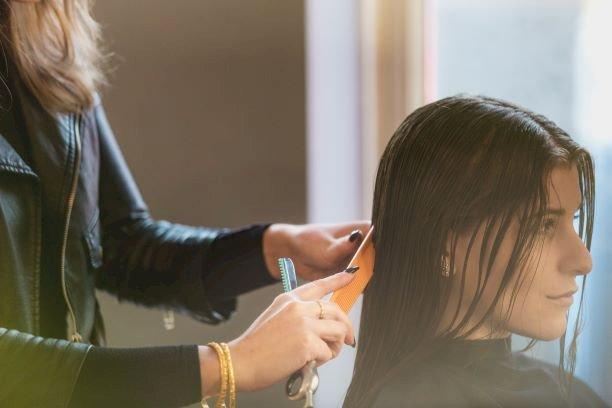 Roma, parrucchiera multata: non rispettava la normativa anti-covid