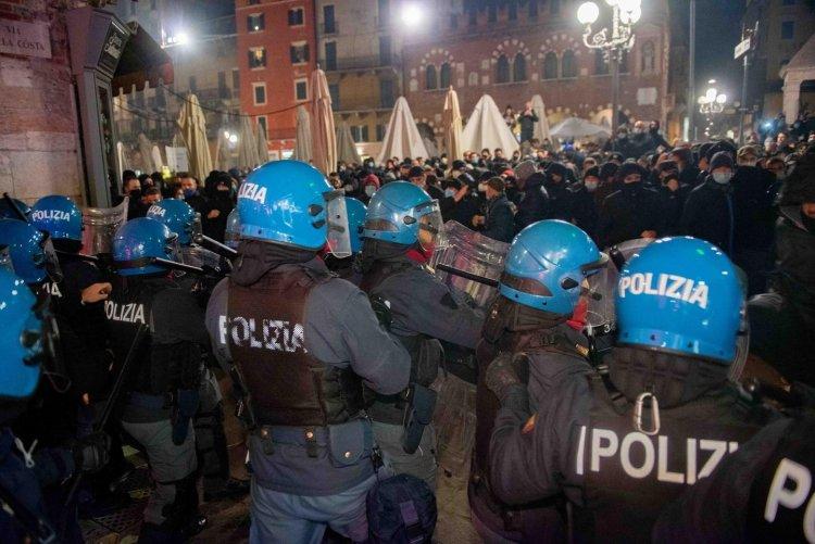 Firenze, attacchi alle forze dell'Ordine