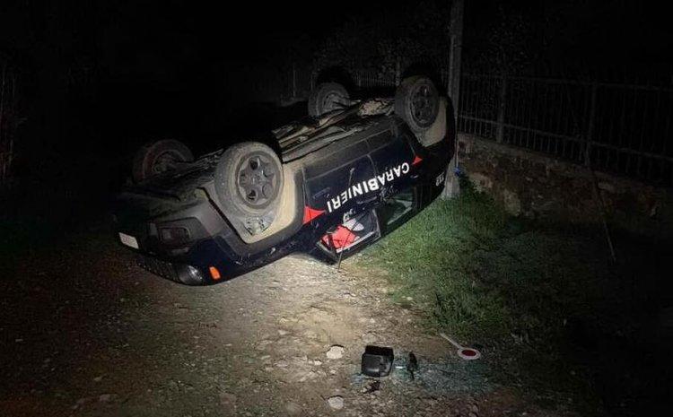 Sardegna, ribalta l'auto dei Carabinieri con la ruspa