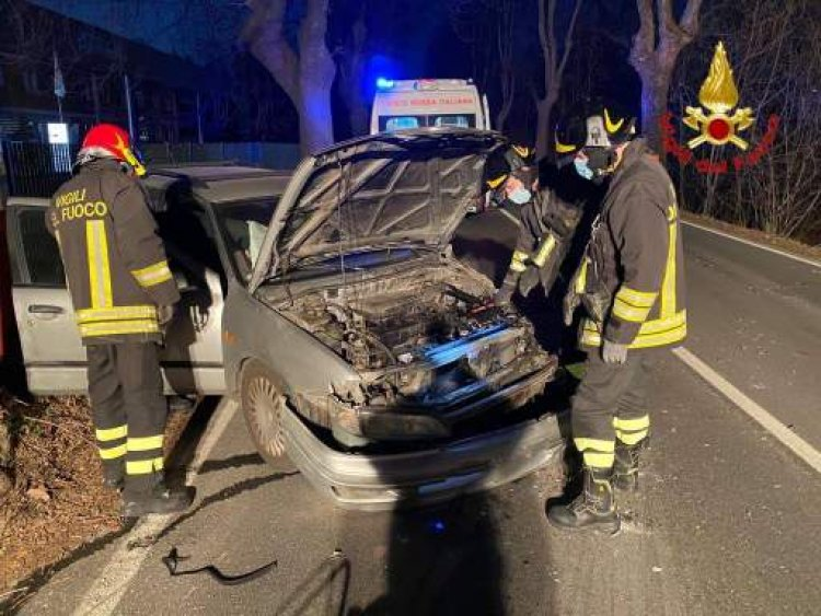 Cittiglio, incidente, auto contro alberi