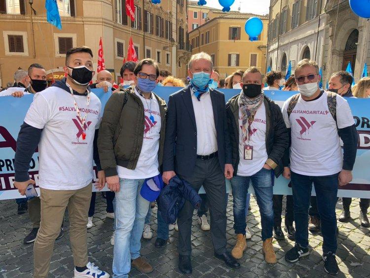 Roma, lavoratori di Air Italy a Montecitorio