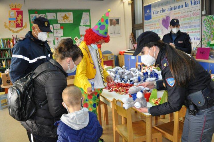 Roma: i poliziotti regalano peluche e dolci ai Bambini ricoverati negli ospedali