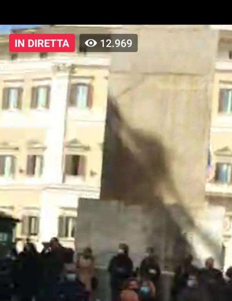 Roma, la piazza insorge, poliziotti in mezzo