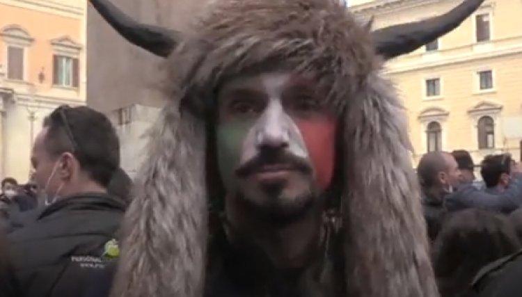 Roma, Hermes Ferrari vestito da vikingo alla manifestazione