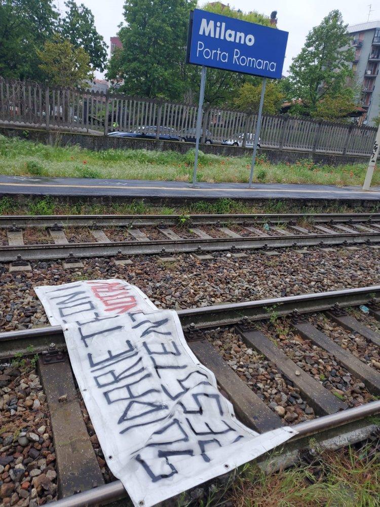 Milano, teppisti no tav imbrattano treno