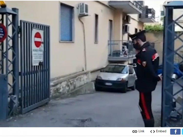 Cuneo. Sfonda lunotto dell'auto del carabiniere
