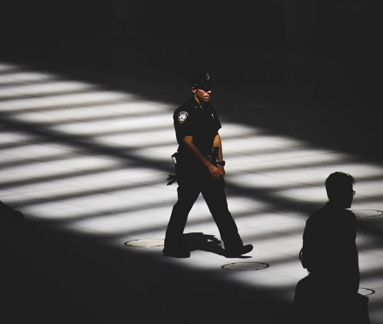 Auguri a chi lavora nella Polizia
