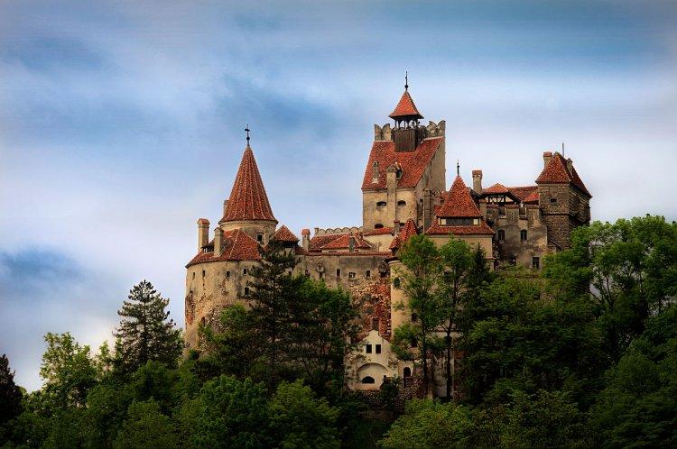 Vaccini nel castello di Dracula con relativo certificato