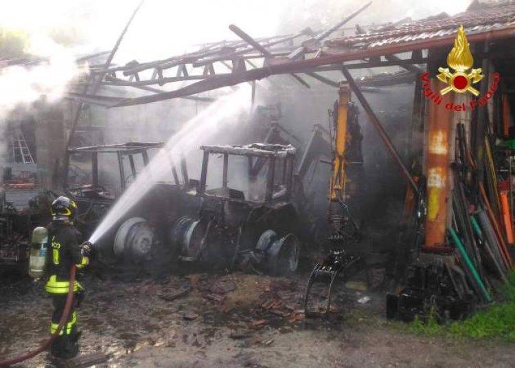Sesto Calende, incendio in un deposito