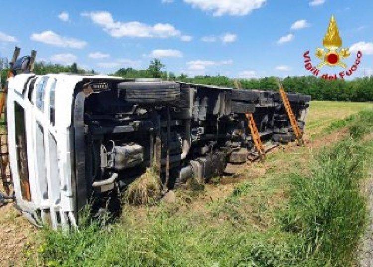 Tradate (Va), camion con sostanze chimiche ribaltato