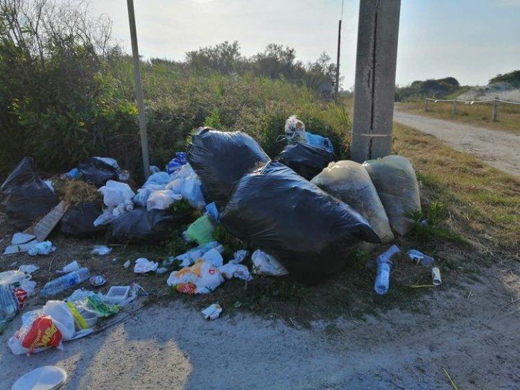A Spiaggiabella rifiuti abbandonati per strada e buche stradali profonde più di mezzo metro