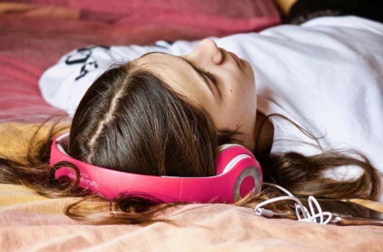 Ascoltare musica prima di addormentarsi peggiora l'andamento del riposo.